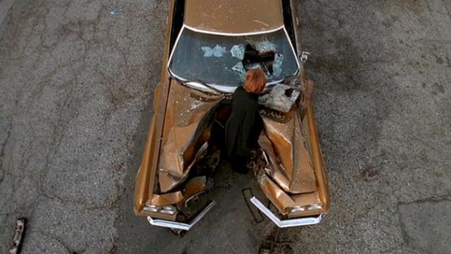 810 SALVAGE (Dur comme fer)  dans SAISON 08 (2000/2001) 640px-Dana_Scully_examines_car_wreck1